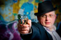 Uomo che mira con la pistola Fotografie Stock Libere da Diritti
