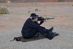 Uomo che mira fucile Fotografie Stock