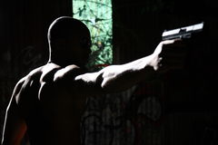 Uomo che mira pistola Immagini Stock Libere da Diritti