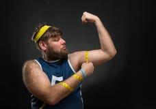 Uomo che misura il suo muscolo fotografia stock