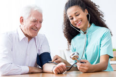 Uomo che misura pressione sanguigna Fotografia Stock Libera da Diritti