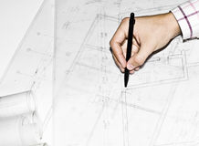 Uomo che mostra architettura, progetto di disegno di costruzione Fotografie Stock Libere da Diritti