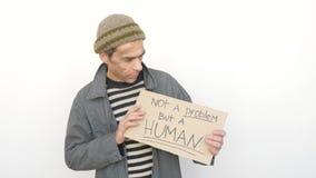 Uomo che mostra a compressa non un Promlem ma un essere umano video d archivio