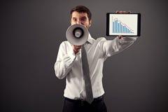 Uomo che mostra il grafico commerciale immagini stock