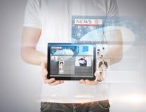 Uomo che mostra il pc della compressa con le notizie Fotografie Stock Libere da Diritti