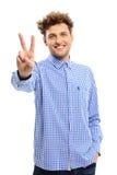 Uomo che mostra il segno delle barrette di vittoria fotografie stock libere da diritti
