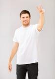 Uomo che mostra il segno di pace o di vittoria Fotografia Stock