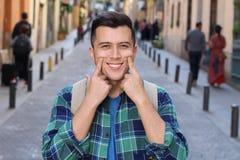 Uomo che mostra il suo sorriso diritto bianco perfetto immagine stock libera da diritti