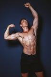 Uomo che mostra la figura di sport Fotografia Stock Libera da Diritti