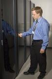 Uomo che mostra la stanza del server Fotografie Stock Libere da Diritti