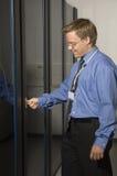 Uomo che mostra la stanza del server Immagini Stock