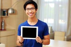 Uomo che mostra lo schermo di computer della compressa Immagine Stock