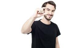 Uomo che mostra piccola quantità con le dita fotografie stock libere da diritti