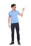 Uomo che mostra qualcosa alla parte di sinistra Fotografie Stock