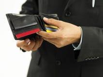 Uomo che mostra raccoglitore vuoto fotografia stock libera da diritti