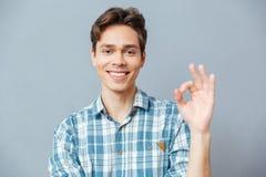 Uomo che mostra segno giusto con le dita Fotografie Stock Libere da Diritti