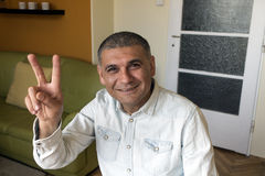 Uomo che mostra un gesto Fotografia Stock Libera da Diritti