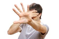 Uomo che nasconde il suo fronte con le mani Fotografia Stock