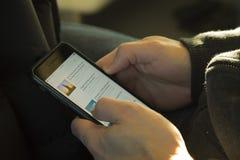 Uomo che naviga il web su un telefono cellulare Immagine Stock Libera da Diritti