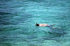 Uomo che naviga usando una presa d'aria nel mare Fotografia Stock Libera da Diritti