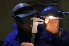 Uomo che ordina e che stima la pietra preziosa cruda del granato fotografia stock libera da diritti