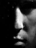 Uomo che osserva alla finestra nella notte piovosa scura Immagini Stock Libere da Diritti