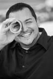 Uomo che osserva attraverso un giornale Fotografia Stock Libera da Diritti