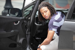 Uomo che osserva fuori della sua automobile Fotografia Stock