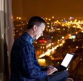 Uomo che osserva sopra la città Fotografia Stock Libera da Diritti