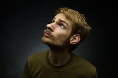 Uomo che osserva in su Fotografia Stock