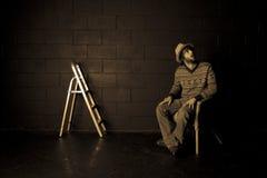 Uomo che osserva in su nella stanza nera Fotografie Stock Libere da Diritti