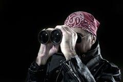 Uomo che osserva tramite il binocolo Fotografia Stock Libera da Diritti