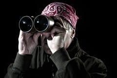 Uomo che osserva tramite il binocolo Immagine Stock Libera da Diritti