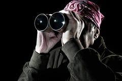 Uomo che osserva tramite il binocolo Immagini Stock Libere da Diritti