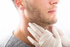 Uomo che ottiene controllo ghiandola tiroide fotografia stock libera da diritti
