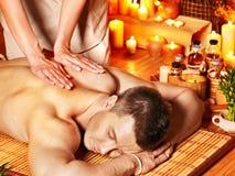 Uomo che ottiene massaggio dell'aroma in stazione termale. Fotografia Stock