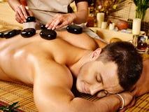 Uomo che ottiene massaggio di pietra di terapia. Fotografie Stock Libere da Diritti
