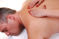 Uomo che ottiene massaggio posteriore. Fotografia Stock Libera da Diritti
