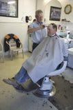 Uomo che ottiene taglio di capelli nel Barbershop di Gordon immagine stock libera da diritti