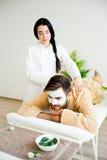 Uomo che ottiene un massaggio fotografie stock libere da diritti