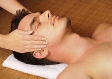 Uomo che ottiene un massaggio di fronte Fotografie Stock Libere da Diritti