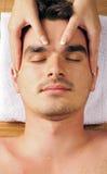 Uomo che ottiene un massaggio di fronte Immagini Stock