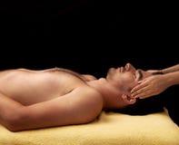 Uomo che ottiene un massaggio di fronte Fotografia Stock Libera da Diritti