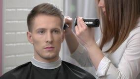 Uomo che ottiene un taglio di capelli stock footage