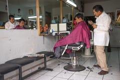 Uomo che ottiene un taglio di capelli nell'Ecuador Fotografia Stock