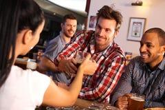 Uomo che ottiene vetro di birra dal barista Immagine Stock