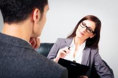 Uomo che parla con suo psicologo Immagine Stock