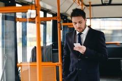Uomo che parla sul telefono cellulare, trasporto pubblico Fotografia Stock