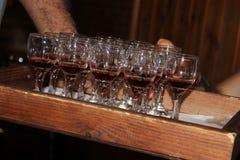 Uomo che passa i vetri di vino Fotografie Stock Libere da Diritti