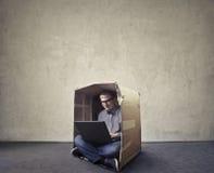 Uomo che passa in rassegna in una scatola immagini stock libere da diritti